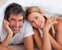 łóżkowej pary zakochana zabawa ma lying on the beach Obraz Stock