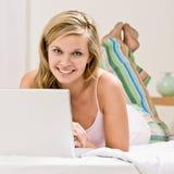 łóżkowej sypialni szczęśliwy laptop target664_0_ używać kobiety Obraz Stock