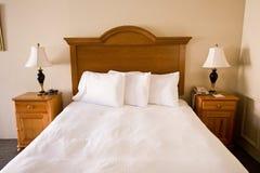 łóżkowi headboard lamp nightstands prości fotografia royalty free