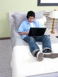 łóżkowi laptopu studiowania potomstwa Zdjęcie Stock