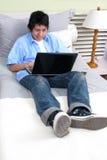 łóżkowi laptopu studiowania potomstwa Zdjęcia Stock