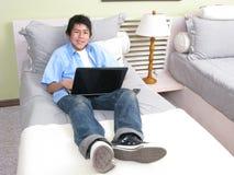 łóżkowi laptopu studiowania potomstwa Obrazy Royalty Free