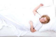 łóżkowi młodych kobiet odprężona Zdjęcie Royalty Free
