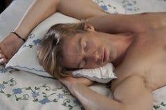 łóżkowy czołowy mężczyzna portreta dosypianie Fotografia Royalty Free