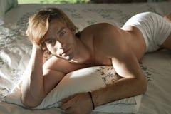 łóżkowy czołowy mężczyzna portreta ja target2567_0_ Obrazy Royalty Free