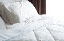 Łóżkowy prześcieradło i poduszka bałaganiący up obraz stock