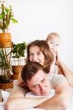 łóżkowy rodzinny uroczy Zdjęcia Stock