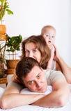 łóżkowy rodzinny uroczy Fotografia Royalty Free