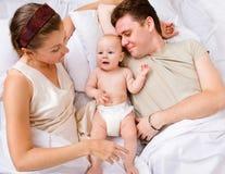 łóżkowy rodzinny uroczy Obrazy Stock