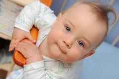 łóżkowy szczęśliwy niemowlak zdjęcia royalty free