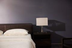 łóżkowy wewnętrzny nowożytny pokój Zdjęcia Royalty Free
