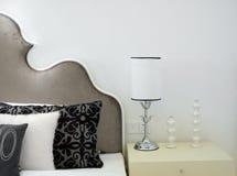 łóżkowy wewnętrzny nowożytny pokój Obrazy Royalty Free