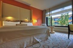 łóżkowy wezgłowia królewiątka lamp rozmiaru stół Obrazy Royalty Free
