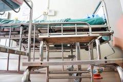 łóżkowy zielony szpitalny mały macierzysty pobliski nowonarodzony s Fotografia Stock