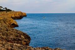 Łódź Śródziemnomorski, skalisty brzeg zakończenie Mallorca, Hiszpania zdjęcie stock