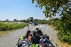 Łódź żegluje dopływ rzekę Tonle Aprosza jezioro Obrazy Stock