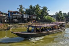 Łódź żegluje dopływ rzekę Tonle Aprosza jezioro Zdjęcia Stock