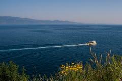 Łódź żegluje morze śródziemnomorskie, blisko hydry wyspy, Grecja Obraz Stock