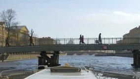 Łódź żegluje pod mostem zbiory