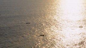 Łódź żegluje przy zmierzchem w oceanie łódź jest spławowa przy zmierzchem zbiory wideo