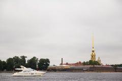 Łódź żegluje wzdłuż Neva rzeki Zdjęcie Royalty Free