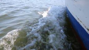 Łódź żegluje wzdłuż Skadar jeziora zbiory