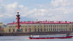 Łódź żegluje za bulwarem z kolumną zbiory
