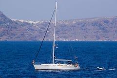 Łódź bez żagla na tło wyspach Thira (Fira, Santori Zdjęcie Stock