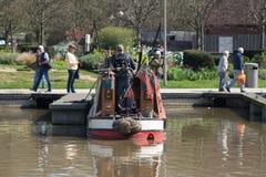Łódź cumował up na spławowym pontonie w kanałowym basenie Obraz Stock