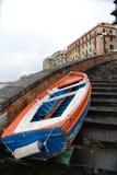 łódź cumująca na schodkach obraz royalty free