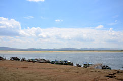 Łódź dla usługowego podróżnika unosi się wokoło Irrawaddy rzeki przy Bagan, Myanmar Obraz Stock