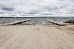 Łódź doki przy jeziorem Zdjęcia Stock