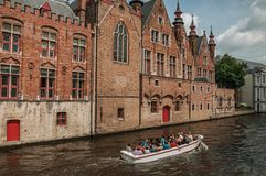 Łódź i ceglani domy na kanałowym ` s ostrzymy przy Bruges Zdjęcie Royalty Free