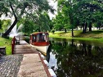Łódź i fontanna Obraz Royalty Free