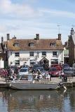 Łódź i pub na Rzecznym Frome w Wareham Dorset UK Zdjęcia Royalty Free
