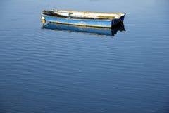 Łódź i spokoju błękit morze Obrazy Royalty Free