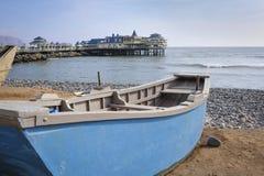 Łódź jadł plażę w Miraflores okręgu w Lima fotografia stock
