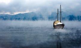 Łódź jezioro i Mgła, Fotografia Royalty Free
