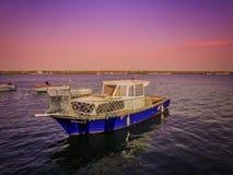 Łódź, kajak, kolorowy niebo i denni widoki przy Atakum, Wyrzucać na brzeg w Samsun zdjęcia royalty free