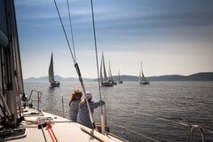 Łódź konkurenci Podczas żeglowania regatta żagla Zdjęcia Stock