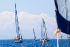 Łódź Konkurenci Podczas żeglowania regatta Fotografia Stock