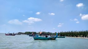 Łódź która zasadza plaża Ten łódź używa lokalnymi rybakami łapać ryby wokoło plaży zdjęcie stock