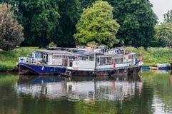 Łódź moared przy Hampton molem, Rzeczny Thames, UK zdjęcie royalty free