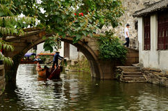 Łódź mostem na kanale, Zhouzhuang, Chiny Zdjęcia Stock