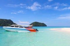 Łódź motorowa od Pakbara mola przewodzi Lipe wyspa pływa statkiem z Kho Khai wyspy w Tarutao parku narodowym, Satun prowincja, zdjęcia royalty free