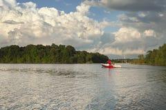 Łódź motorowa Przewodzi Out na Minnestoa jeziorze Pod Dramatycznymi chmurami Zdjęcia Royalty Free