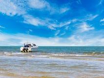 Łódź motorowa przy czystą plażą Obrazy Stock