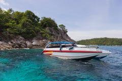Łódź motorowa przy snorkeling punktem, raya wyspa Obrazy Royalty Free