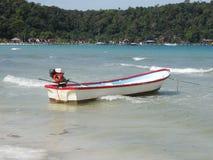 Łódź na błękitnej wodzie morskiej Egzotyczna wyspa z zielonymi palmami, drzewa, Laguna plaża Zaciszność krajobraz, spokój Piękny  obraz stock