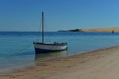 Łódź na brzeg Bazaruto wyspa, Mozambik Zdjęcie Stock
